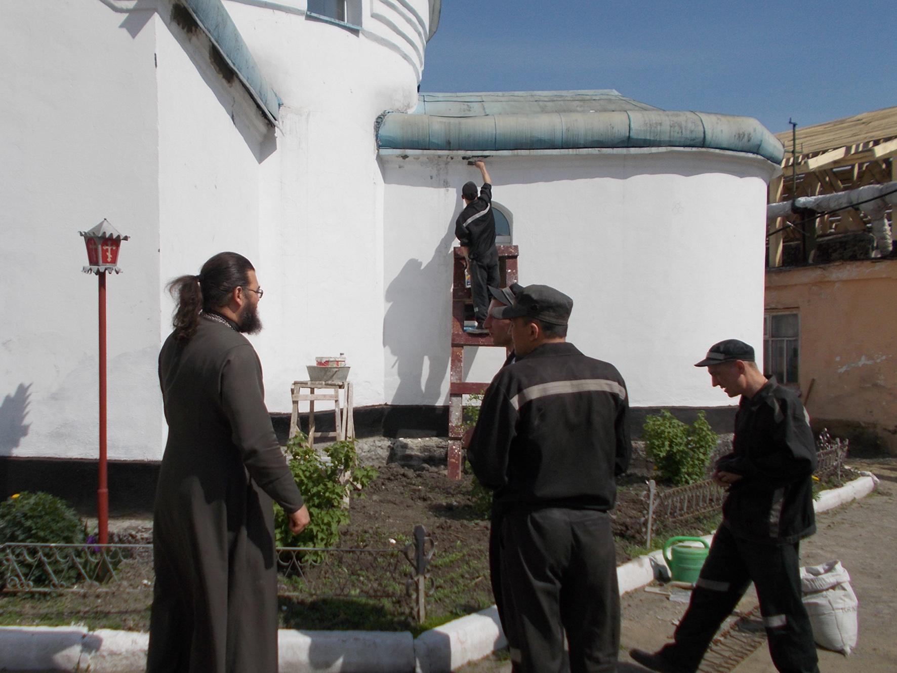 иерей Иоанн с осужденными прихожанами храма